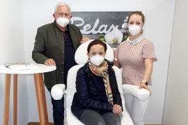 2021.03.03 | Neuer Salon für Fuß- und Handpflege eröffnet-Eröffnungstag mit Bürgermeister Johann Hell, GGR Petra Graf (Gesundheits- und Sozialausschuss) und Inhaberin Tanja Roucka (v.l.n.r.)