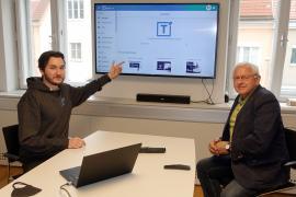 2021.03.10 | Tabula – Suchmaschine made in Böheimkirchen-Bürgermeister Johann Hell lässt sich von Entwickler Lukas Felbinger die neue Plattform erklären